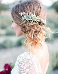 fleurs cheveux mariage fleur cheveux un mariage bohème chic avec des fleurs dans les