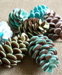 felt pinecones for fall or christmas decor link to tutorial and