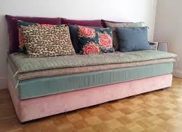 customiser canapé relooker canapé 8 idées pour lui donner un nouveau souffle