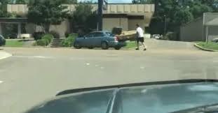 déménager un canapé cet homme a la technique pour déménager un canapé trop grand qui ne