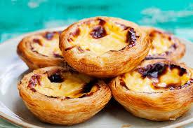 dessert portugais cuisine dessert portugais au goût âpre d oeufs le pastel de nata image