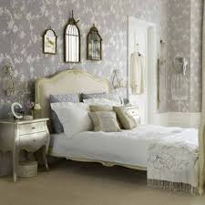 choosing the best vintage bedroom accessories to add charm for any