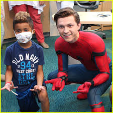 tom holland dresses spider man visit children u0027s hospital
