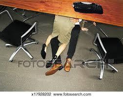 sous bureau banque de photo couples affaires embrasser sous bureau vue