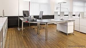 Schreibtisch Mit Schwarzer Glasplatte Büroeinrichtung Aus Metall Für Ihr Modernes Büro