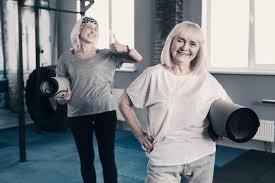 le stuoie donne anziane allegre posano con le stuoie di fotografia