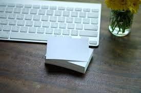 le bureau carte carte créative de carte de blanc sur le bureau avec clavier