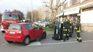 si e auto monza schianto a meda auto si ribalta foto e giornale di monza