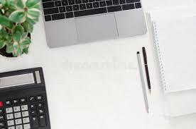 le bureau verte lieu de travail dans le bureau bureau avec l ordinateur portable