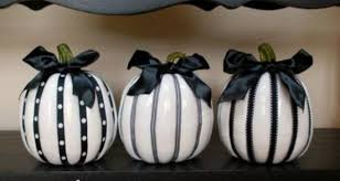 Simple and Unique Black and White Ideas for Halloween Decorations