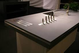 plan de travail design cuisine cuisine m o en béton plan de travail insert inox et couteaux ma