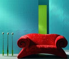 peindre un canapé decoration peindre sur papier peint peinture bleue canape