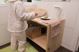 bassine pour bain de si e sa salle de bain pour apprendre à faire seule ma maison montessori