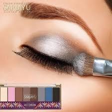 Aplikasi Eyeshadow Sariayu inspirasi keindahan indonesia dalam trend warna sariayu moeslema