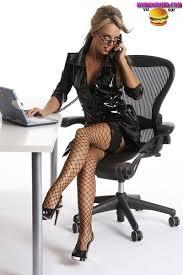 sous le bureau de la secretaire les belles vag bien accompagnées