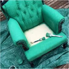 peinture tissu canapé remettre un vieux fauteuil au goût du jour avec de la peinture