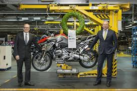 bmw gs series bmw plant berlin manufactures 500 000th bmw gs motorcycle with