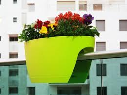 blumentopf balkon platzsparende pflanzkübel und möbelstücke für innen und außen