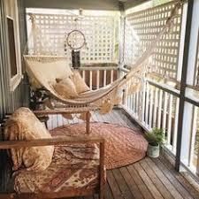 h ngematte auf balkon balkongestaltung mediterran holzbank holztisch massiv gelber
