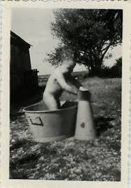 bassine pour bain de si e photo ancienne vintage snapshot enfant bain bassine toilette