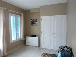 chambre avec commode et placard photo de residence du