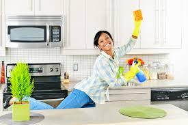 nettoyage cuisine cuisine de nettoyage de femme image stock image du