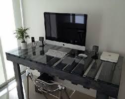 verre pour bureau bureau en palette avec plateau de verre pour aménager studio