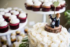 dog wedding cake toppers groom and dog wedding cake topper with cupcakes