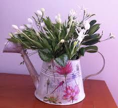 regadera con flores de san juan que desprenden un rico aroma