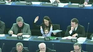 siege du parlement europeen européen une députée italienne siège avec enfant