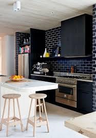 cuisine mur noir mur en brique noir dans cuisine style contemporain
