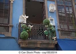 tauben auf dem balkon stockfotografie dekoriert balkon vogel tauben käfige