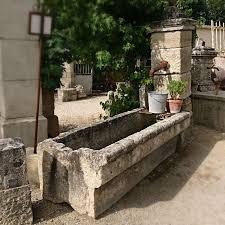 fontaine en pierre naturelle une petite fontaine fontaine murale dotée dun bac massif et