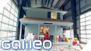 Ich Kaufe Ein Haus Diese Familie Wohnt In Einem Kleinen Haus In Einem Großen Haus