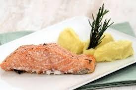 comment cuisiner le pavé de saumon recette de pavé de saumon à la fumée de romarin purée de pommes de