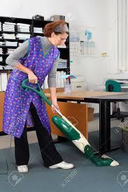 femme de m駭age bureau femme de ménage professionnel à travail au bureau banque d