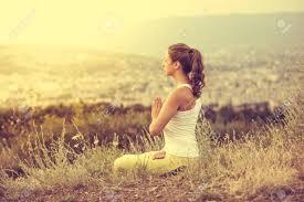 si e relax la giovane donna si siede in posa con la città sullo sfondo