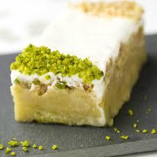 cuisine rhubarbe recette cake à la rhubarbe pistache et yaourt cuisine madame figaro