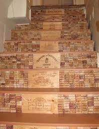 cassette vino idee per scale decorate di grande effetto