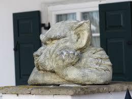 statues de jardin en pierre images gratuites roche bois chien monument statue loup