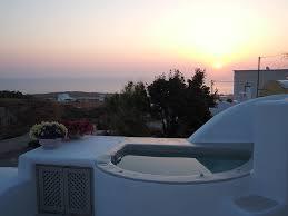 travel bloggers share their favorite santorini hotels