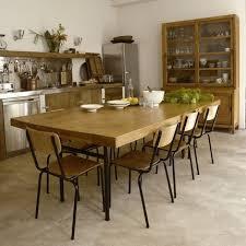 grande table de cuisine pour donner à la cuisine un air de cagne a été organisée