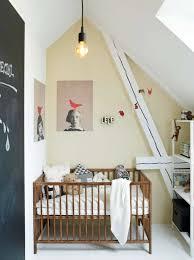 chambre fille sous comble décorer une chambre d enfant mansardée joli place