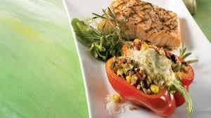 cuisiner les poivrons poivrons farcis au quinoa et aux légumes recettes iga fromage