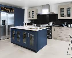 cuisine bleu marine cuisine équipée astucieuse de couleur bleu et beige possédant un