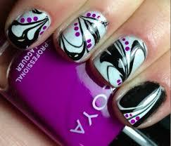 schwarz weißes nagellack design marmor look lilafarbene tupfer - Nagellack Designs