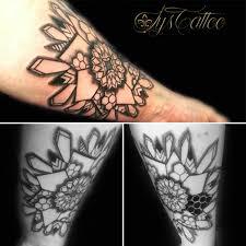 tatouage bracelet avant bras tatouage lignes et dotwork couleurs lettrage effet vitesse brûle