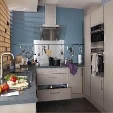 cuisine gris et bleu un mur bleu gris offre de la perspective à une cuisine