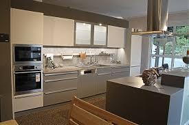 offene küche mit kochinsel leicht musterküche offene 2 farbige küche mit großer kochinsel