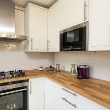cuisine blanche et plan de travail bois plan travail cuisine plan de travail dosseret et